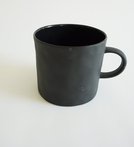 Bilde av Kajsa Cramer kopp med hank svart (kommer i april)